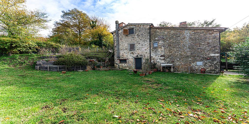 Casa in pietra con giardino